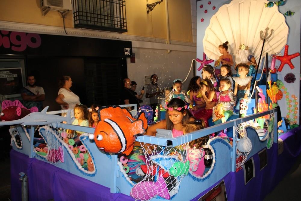 Numerosos niños en la carroza 'Bajo el mar', que logró el segundo premio.