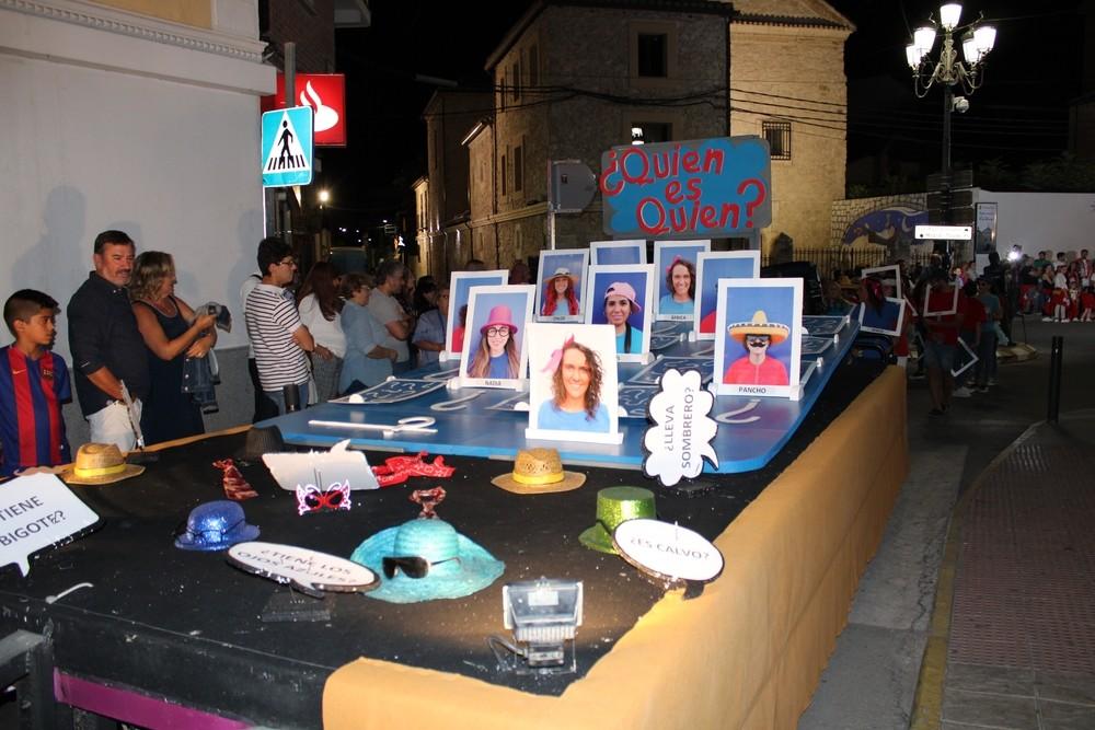 Juego del 'Quién es Quién' gigante en el Desfile de Carrozas de las fiestas de Tarancón.