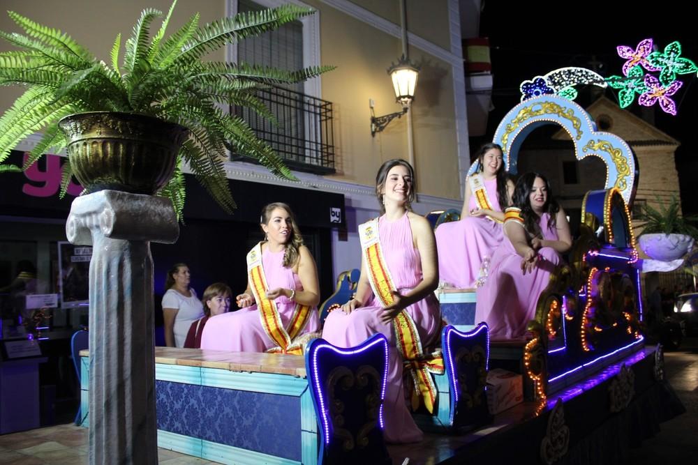 Damas de las fiestas durante el trayecto por la calle Zapatería.