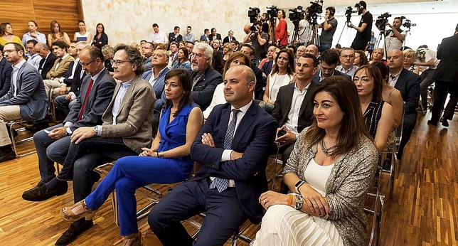 (De i. a d.) Fuentes, González, Villarroel, Castaño y Sanz encabezan la amplia delegación de Ciudadanos que acudió al acto