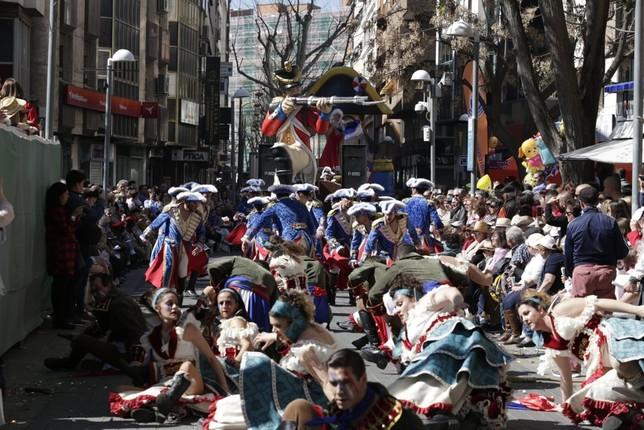 El Desfile de Piñata discurre ya por unas calles repletas