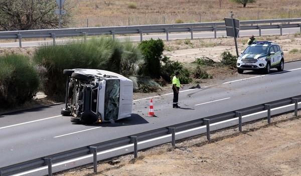 Herido leve tras el vuelco de una furgoneta en Cubillas