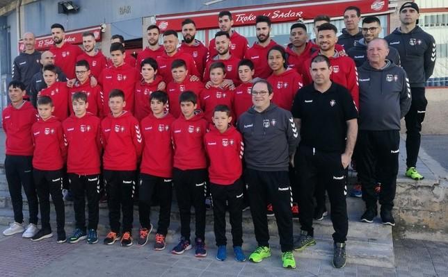 La primera plantilla de Osasuna Magna posa con el equipo infantil, que también viaja a Valencia CD Xota