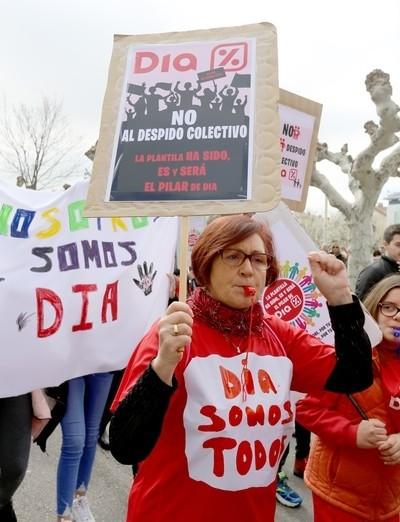 Centenares de trabajadores de DIA protestan por los despidos