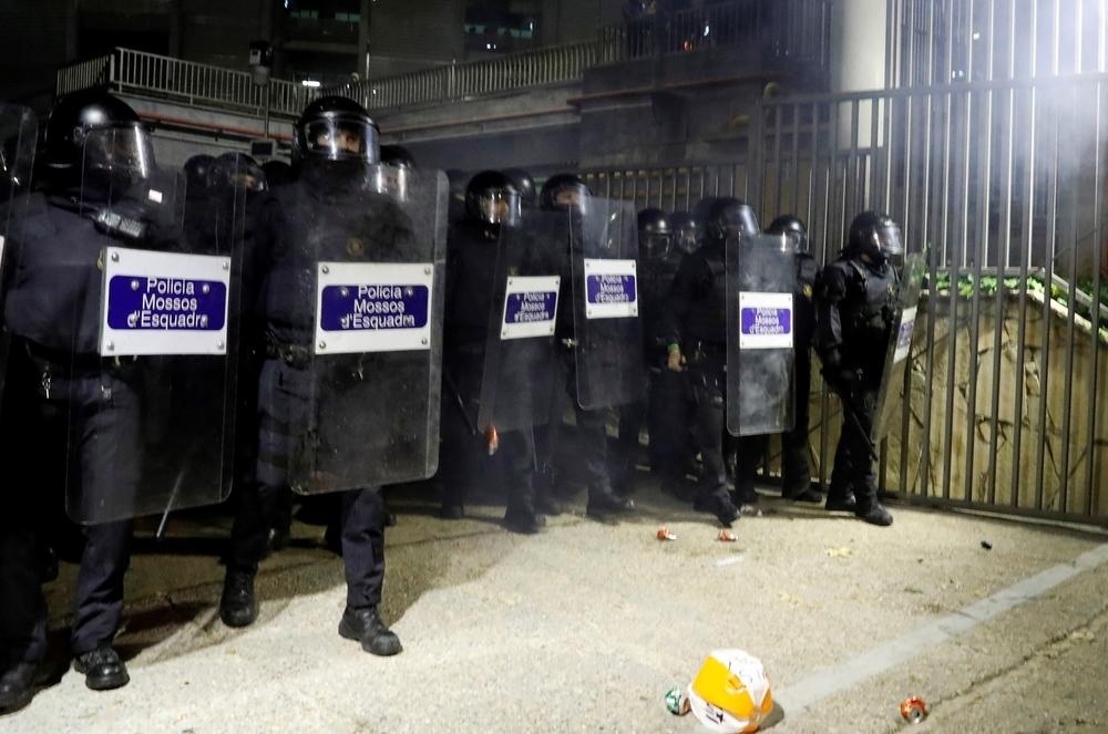 Un grupo de radicales quema contenedores junto al Camp Nou
