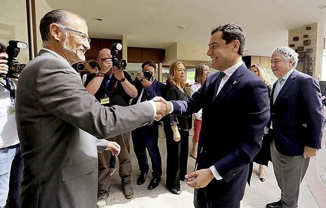 El presidente de las Cortes,Luis Fuentes, recibe al presidente andaluz, Juan Manuel Moreno