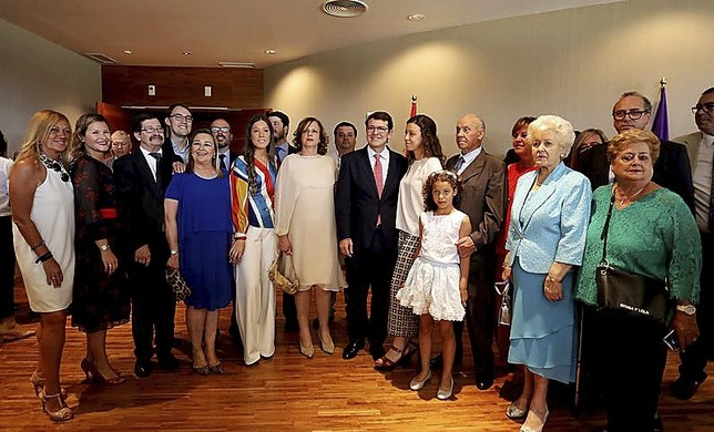 Alfonso Fernández Mañueco (c), junto a familiares y amigos