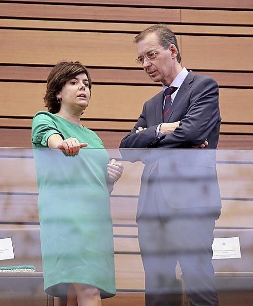 Soraya Sáenz de Santamaría y Germán Barrios conversan en las Cortes