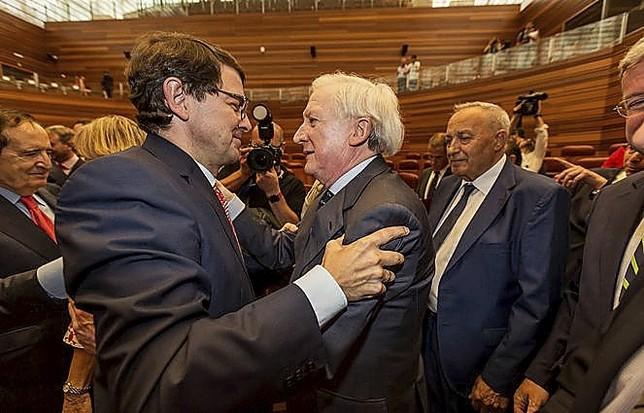 El presidente de la Junta de Castilla y León, Alfonso Fernández Mañueco (I), junto al presidente del Grupo Promecal, Antonio Méndez Pozo