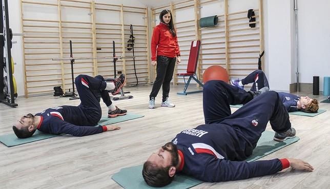 La rehabilitadora del equipo, Sandra Rodríguez, dirige el entrenamiento de los lesionados.