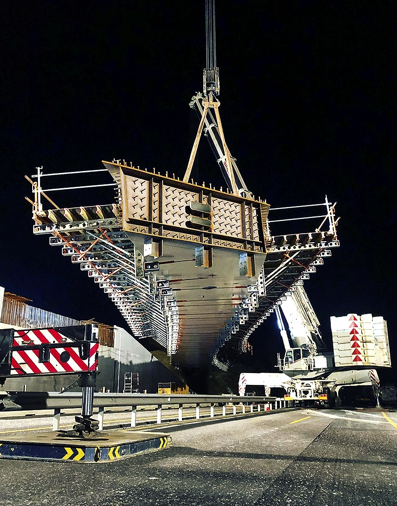 Colocación el pasado día 15 de la pasarela que conectará la AP-8 con Irún.