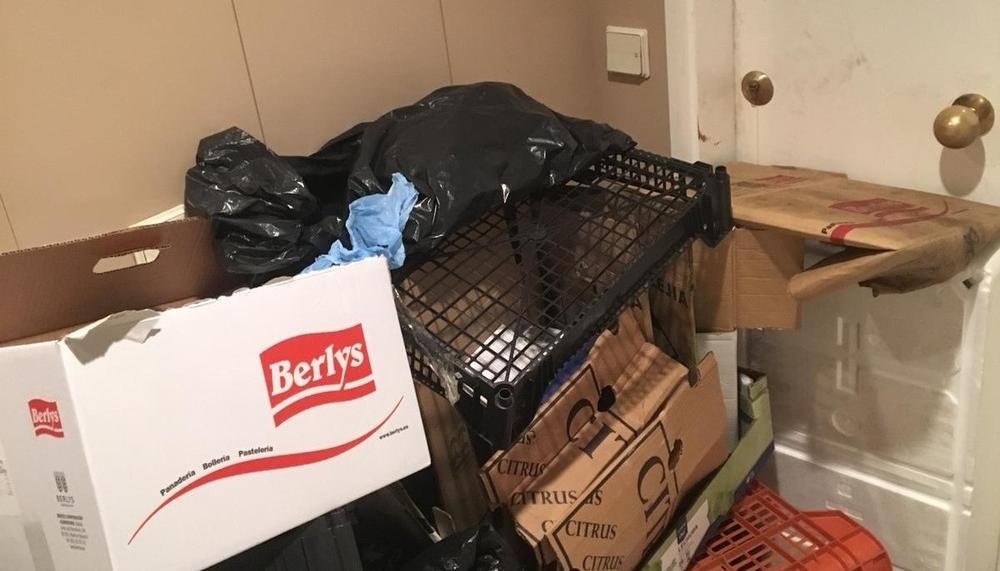 Toneladas de basura acumuladas en su casa de Mendebaldea
