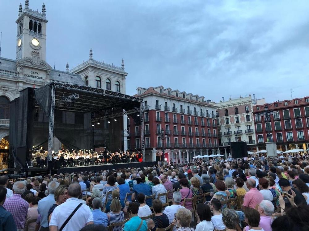 La Oscyl aglutina a cientos de personas en la Plaza Mayor