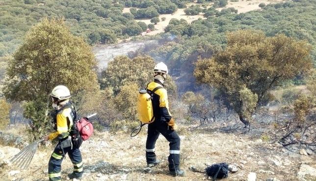 Bomberos trabajan en la extinción de un incendio en Lezaun