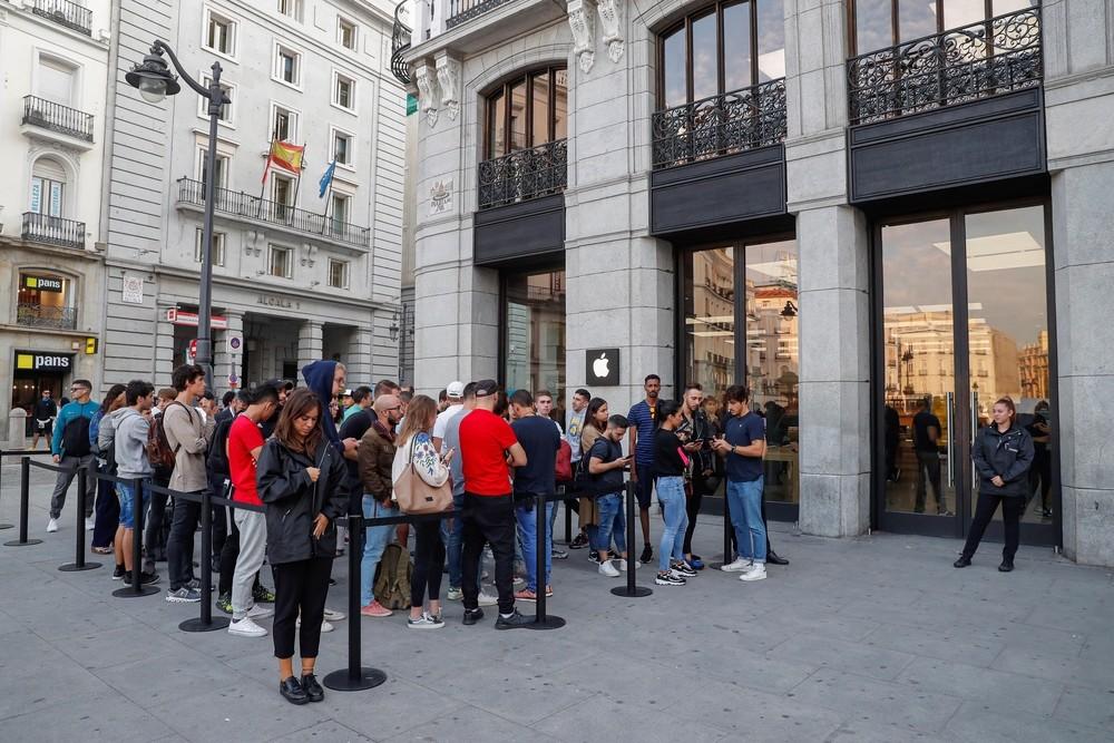 Vuelve la histeria colectiva a la tienda de Apple de Madrid