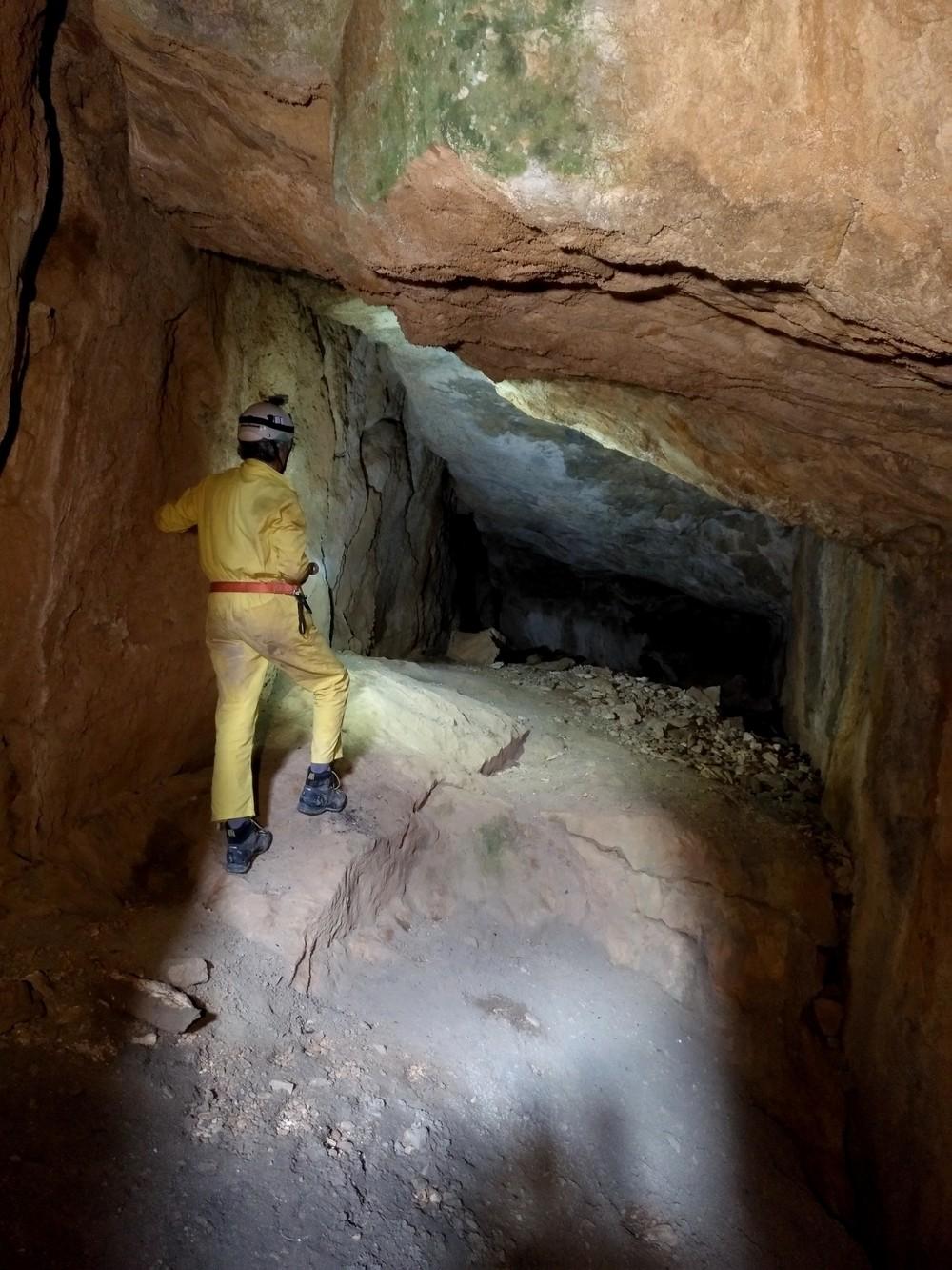 Exploración e investigación en una de las cuevas prospectadas.