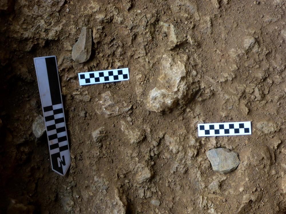 Piezas líticas talladas por el hombre y halladas en el sondeo de la cueva Mudá 1.
