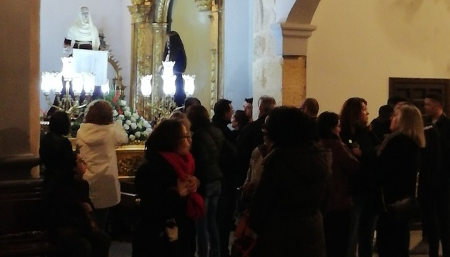 Los fieles, dentro de la parroquia.