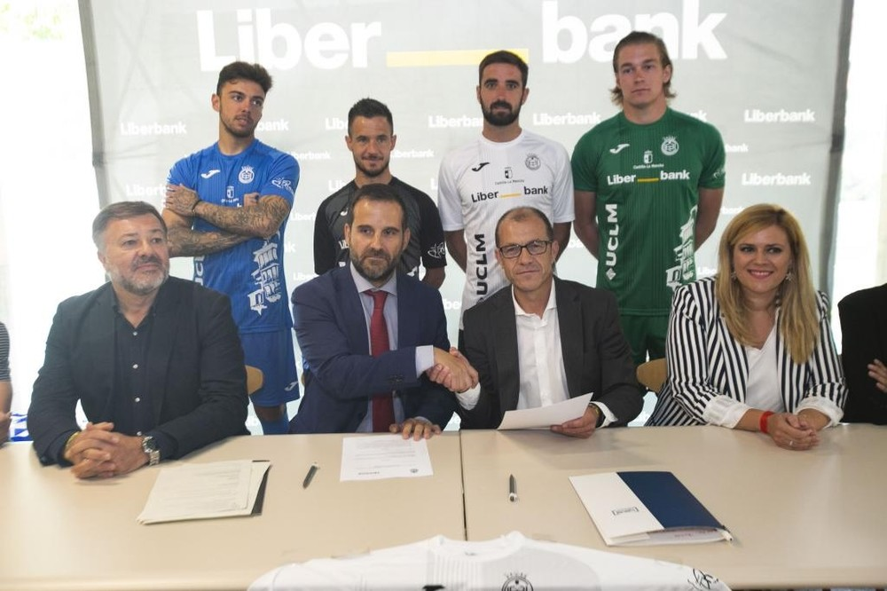 Los responsables de Liberbank y el Conquense estrechan la mano tras la firma del acuerdo