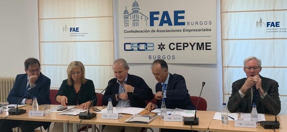 José Luis Peña (2º por la derecha) ha anunciado su dimisión como vicerrector esta mañana durante una rueda de prensa en FAE.