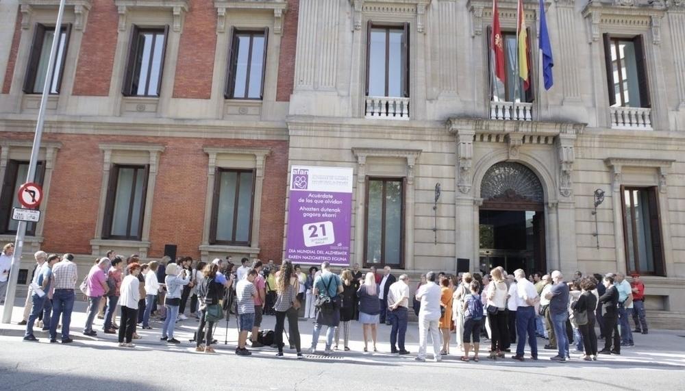 El Parlamento de Navarra se suma al Día del Alzheimer