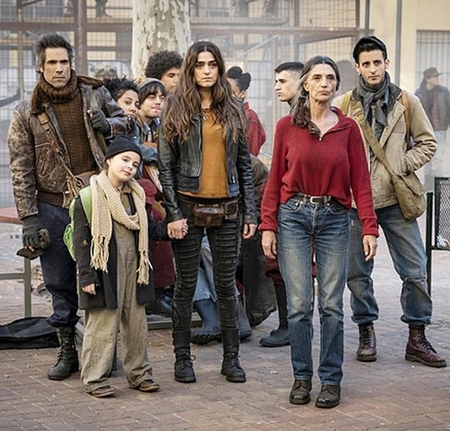 Ángela y Olivia Molina, junto a Unax Ugalde (izquierda), entre otros actores, en el rodaje de la serie 'La valla' en La Choricera.