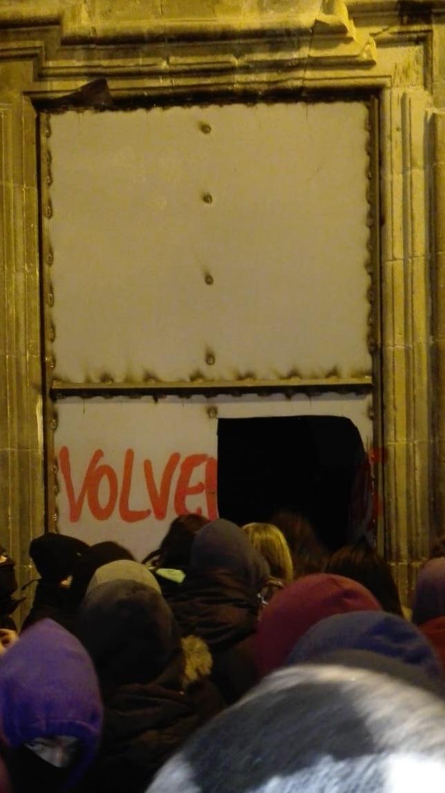 Momento en el que los okupas irrumpen en el palacio Marqués de Rozalejo NATV