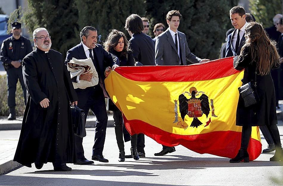 Luis Alfonso de Borbón Martínez-Bordiú (d) y Jaime Martínez Bordiú (i), con la bandera del régimen.