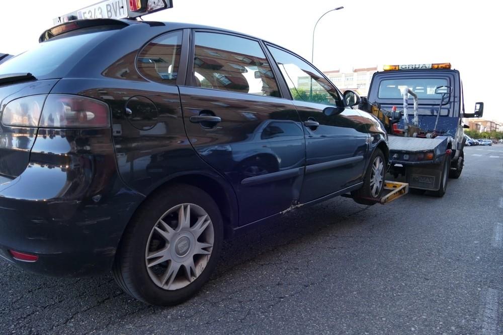 El coche implicado en el accidente con un bus, cuyo conductor dio positivo a drogas y alcohol, fue retirado al depósito.