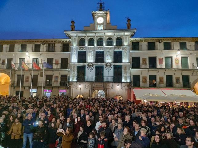 Miles de personas apoyan en Tudela a la familia de Izan