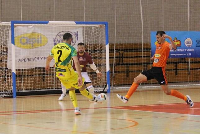David intenta detener el disparo de Mauricio en el partido de la primera vuelta disputado en la UPNA Ribera Navarra FS