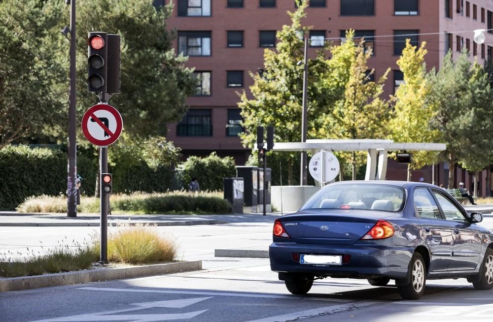 BULEVAR-C/MADRID. No es uno de los menos respetados de este vial, pero sí probablemente uno de los más peligrosos al cruzar la calle Madrid. En horas punta, varios conductores no dudan en acelerar en ámbar y saltárselo llegado el caso
