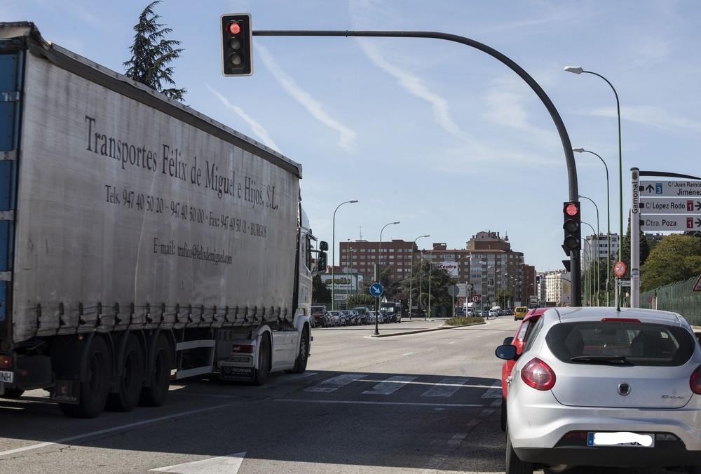 C/VITORIA (BRIDGESTONE). La gran velocidad de coches y camiones es la nota dominante a lo largo de la arteria principal del polígono Burgos-Este. No es de extrañar, por tanto, que en este punto a muchos les 'cueste' pisar el freno cuando ven la luz r