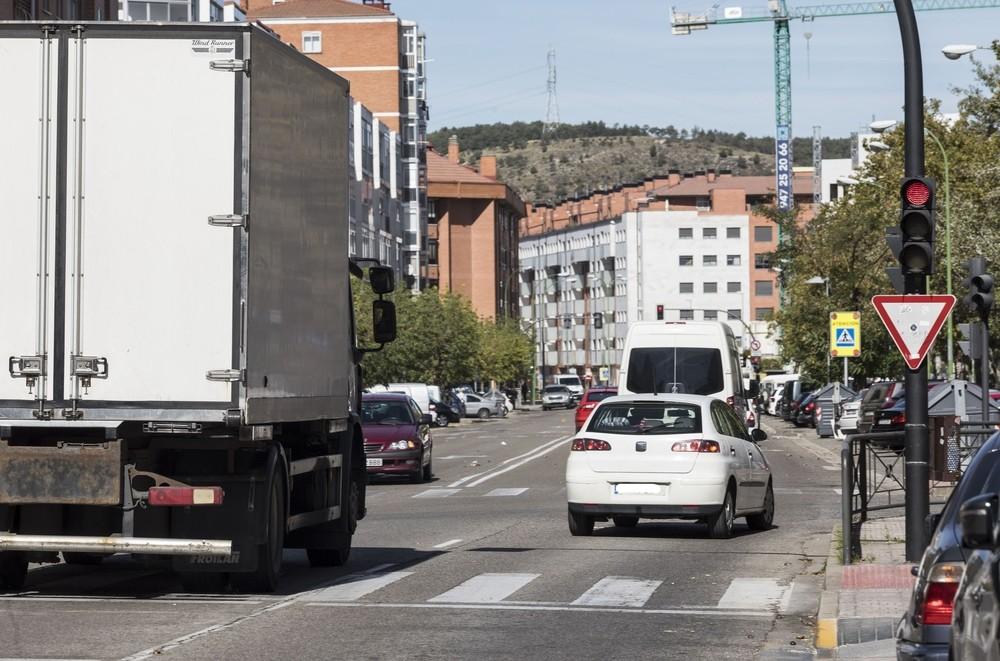 ESTEBAN SÁEZ ALVARADO. Confluye con la carretera Poza. Saltarse este semáforo implica el riesgo claro de sufrir un accidente. Aun así, contabilizamos 3 vehículos en apenas 15 minutos