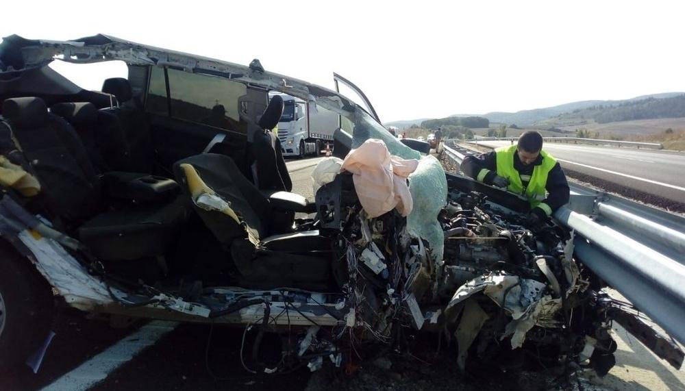 Aparatoso choque entre un coche de Cruz Roja y un camión