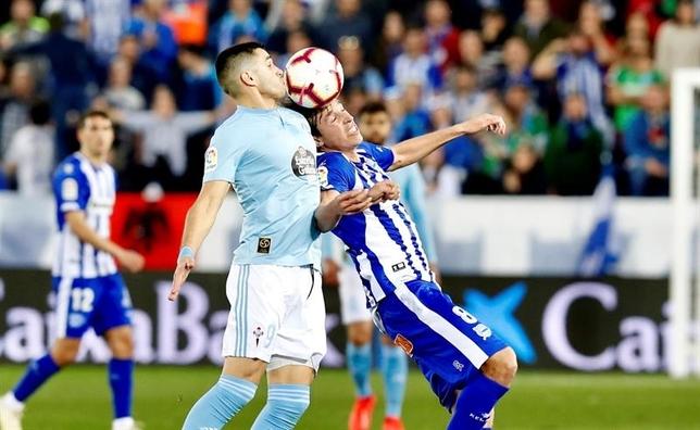 Tomás Pina (d), disputa el balón ante Maxi Gómez. EFE/David Aguilar. David Aguilar