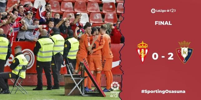Los jugadores de Osasuna celebran el gol de Oier junto a los aficionados desplazados a Gijón