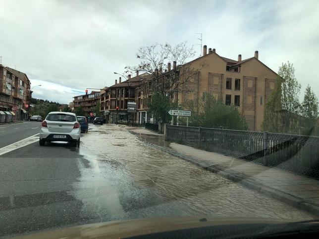 Un reventón de una tubería inunda parcialmente Vía Roma