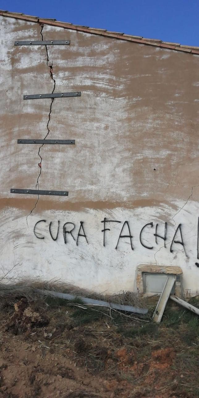 Pintadas contra el 'cura de Vox' en Castilruiz
