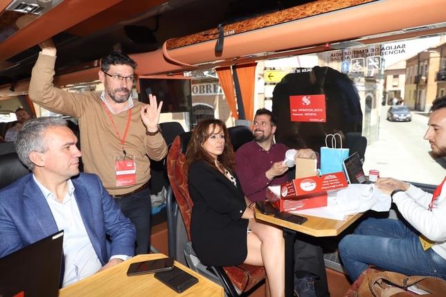 Manuel Iglesias, responsable de prensa, en el autobús electoral junto al candidato Luis Tudanca, Javier Izquierdo (i) y el periodista de la Agencia Ical. Miriam Chacón (Ical)