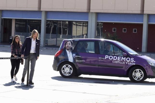 El candidato a la Presidencia de la Junta, Pablo Fernández, junto a su asesora de Prensa y el vehículo electoral a su llegada al debate televisivo. Miriam Chacón (Ical)