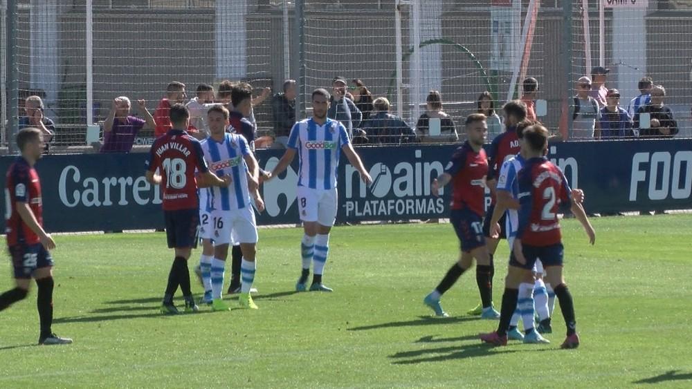 Jugadores de ambos equipos se saludan al término del amistoso