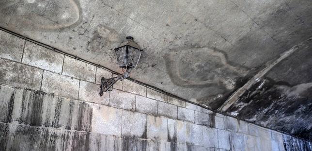 El túnel presentaba suciedad calcificada por la humedad. Yolanda Redondo