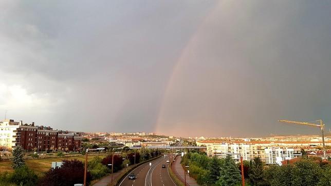 La tormenta dejó este arco iris en Valladolid.
