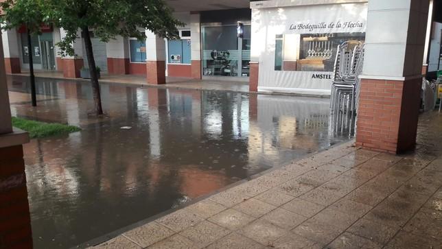 Balsas de agua en la plaza de España de La Flecha, en Arroyo.