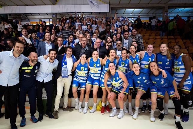 as jugadoras del Cadi La Seu celebran con su afición su triunfo ante el Araski AES  ADRIAN RUIZ DE HIERRO (EFE)