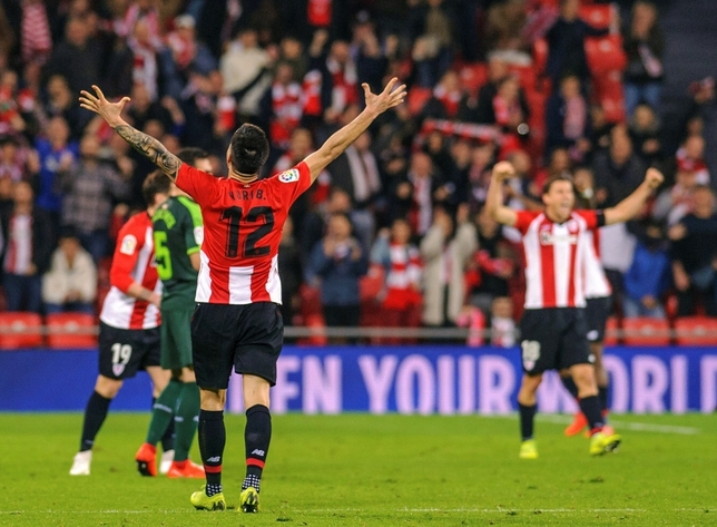 Los jugadores del Athletic celebran su victoria a la finalización del encuentro. EFE Javier Zorrilla