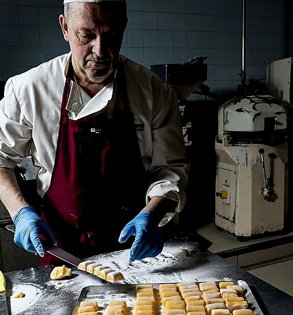 David Saiz, maestro pastelero de Maxi, en pleno operativo. Valdivielso