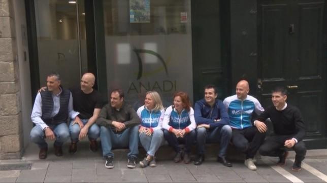 Algunos de los participantes posan en la facha de la sede de ANADI en la calle Curia de Pamplona