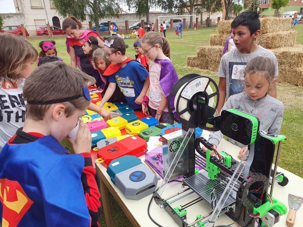 Los alumnos del Colegio Nuestra Señora de la Piedad, en Herrera de Pisuerga (Palencia), elaboran una caja de quimioterapia en el proyecto 'Pisoraka TIC Steam', que ha sido galardonado en los Premios Francisco Giner de los Ríos.